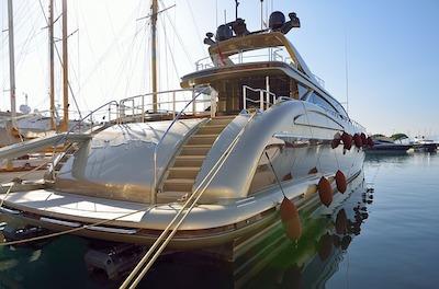 Filles sur un yacht de luxe pour visiter des endroits exotiques.